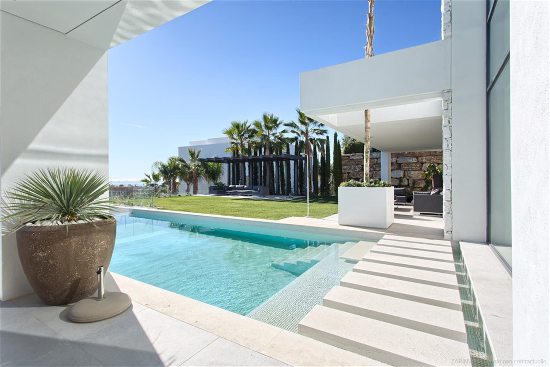 Schitterende luxe villa, op het zuiden naar het zuidwesten gelegen met panoramisch uitzicht op de Middellandse Zee, golf en bergen.